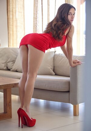 Broad looks sexy in red dress and even sexier when she throws it away